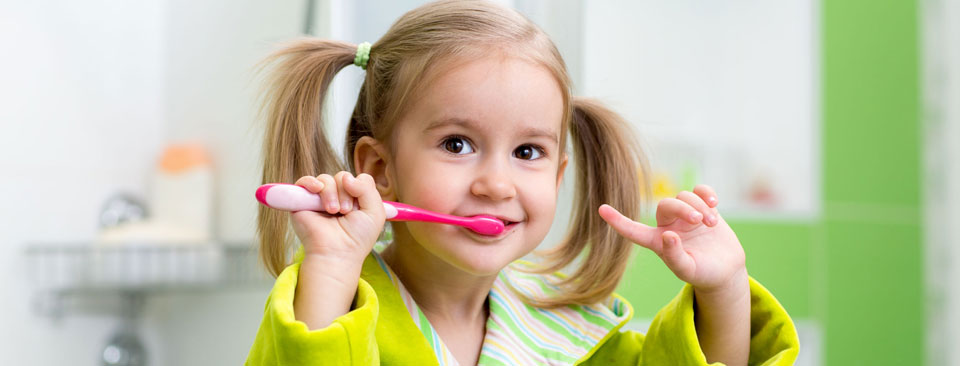 Cómo cepillar los dientes a los niños