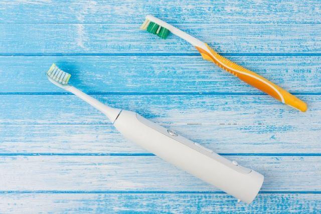 ¿Es mejor un cepillo de dientes eléctrico o manual?